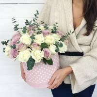 31 роза ассорти в коробке с зеленью R014