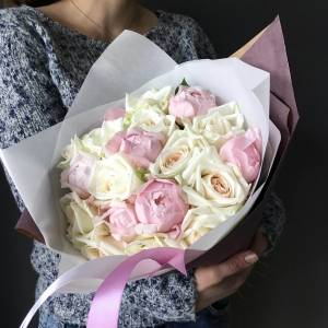 Нежный букет пионы и розы в упаковке R002