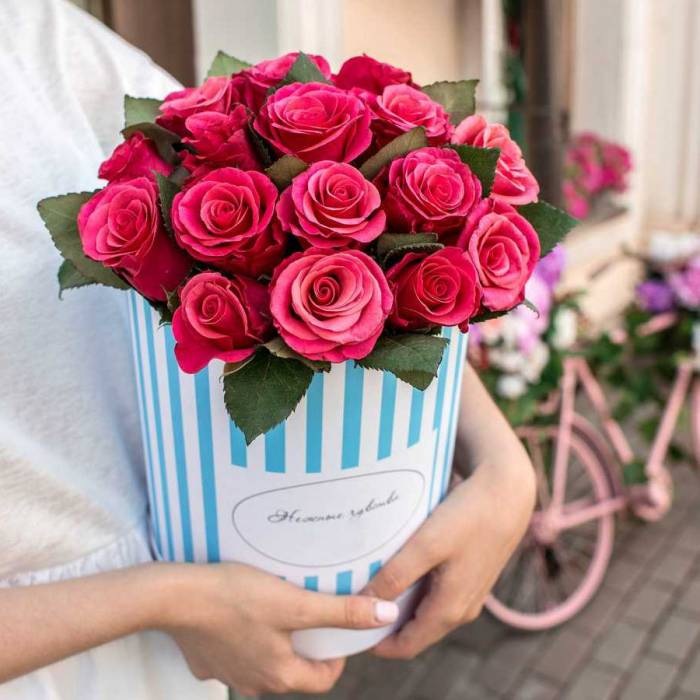 19 розовых роз в коробке R016